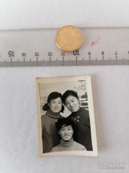 三个美女合影      50件以内收取一次运费4。硬币作参考大小自定。