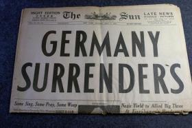 1945年5月7日二次世界大战二战宣布德国投降的《太阳报》,封面首页大字:德国投降了