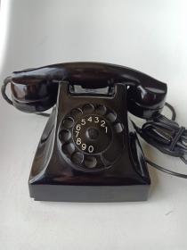 早期瑞典制造,爱立信电话机这款电话1951年爱立信在荷兰RIJEN市生产的CE51型拨盘电话机,是爱立信的经典款式,在发售时引发其他厂家的竞相模仿。如果你的她/他想给客厅多一个与众不同的装饰,那么这台电话绝对是有意义又有品位的不二之选!品相9.5品,可使用,自重2.4kg。