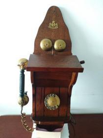 欧洲古董电话机,多网唯一,壁挂式电话机,既有拨盘,又有摇把。制造商/品牌:Heemaf。1930左右出厂,底座:木,拨盘,听筒,响铃是纯铜。重量6.0kg,高75*宽24*厚21cm。古朴典雅,存世量稀少,是个人收藏,咖啡屋、酒吧、茶社等高档会所复实属罕见。实物拍照,货到验收无破损与图片一致,不能以品相色差等理由退货。