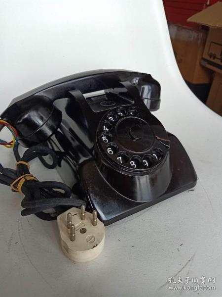 《蝙蝠侠电话机》是荷兰公司Heemaf生产的,型号1955,这款电话因为设计新颖而著名,设计师是GerardKiljan这个电话因为设计的很像蝙蝠侠用的蝙蝠车,所以又被称为蝙蝠侠电话如果您的他是蝙蝠侠的粉丝,这个电话将为您赢得更多的爱
