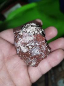 天外来客玻璃陨石一块,直径4.5厘米许,密度大,多结晶体及热缩蜂窝孔,可划玻璃,作佛牌挂件等,举世罕见,市价以克计。