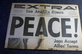1945年8月15日《洛杉矶时报》二战结束日报纸号外!和平! 日本军旗在战火中陨落。日本无条件无保留的接受盟军条款。内含大量珍贵的历史影像,有一整版都是从珍珠港事件以来二战重大事件年表大事记,1941-1945.