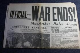 """1945年8月15日《密尔沃基哨兵报》二战结束日报纸,标题为""""战争结束,麦克阿瑟接管日本"""""""