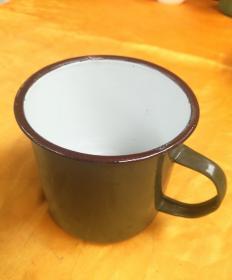 曾经是军人使用的,绿色搪瓷口缸一个,品相如图所示