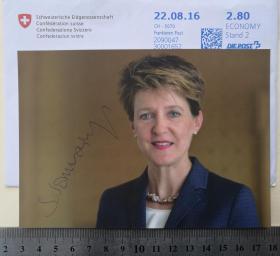 2次出任瑞士联邦主席、总统、国家元首(2015-2016和2020-)、联邦副主席(2014-2015)、司法和警察部长(2010-2018)、环境、运输、能源和通信部长(2019-)、联邦委员会委员(2010-)、议会议员、西莫内塔·索马鲁加 ( Simonetta Sommaruga )、亲笔签名、官方照片卡片1张(珍贵、罕见)