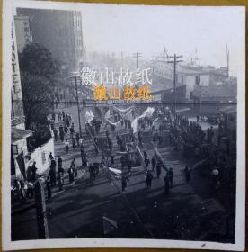 """老照片:抗美援朝——广州街景(爱群大厦)——""""中国的解放增强了和平阵营的力量""""《解放了的中国》——""""新声""""""""南方""""""""广州""""""""新华""""(四大电影院)十二月三十日一起联映。————电影简介:《解放了的中国》是1949年9月到1950年,苏联派出两个摄制组和北京电影制片厂一起联合拍摄的三部彩色纪录片之一。影片记录了新中国诞生和成立初期很多珍贵的镜头,被业内许多人士称为国宝级纪录片"""