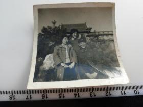 七八十年代老照片 古建筑前一家