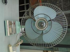 Desk Fan 华生 老电风扇一台,(尺寸:高 约70厘米,最宽处 约50厘米。净重 约1.5市斤。运转正常)包真包老。详见书影。