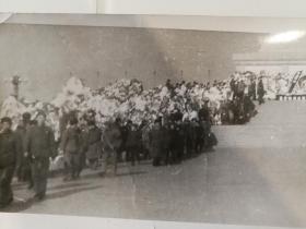 手工照片2张!1976年4月5日天安门广场悼念周恩来总理人山人海,个人拍摄手工放大的照片,仅此一张,26*14厘米,另一张花圈的小尺寸8*8厘米