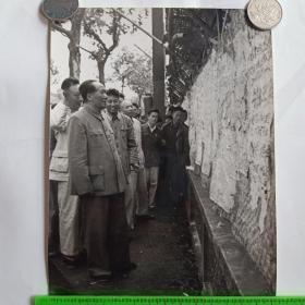 1958年毛主席在上海国棉一厂观看大字报