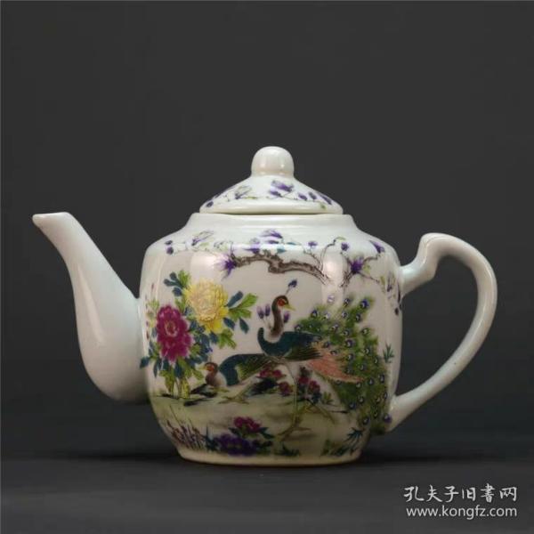 粉彩孔雀图茶壶