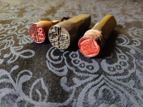 291民国时期闲章三枚,其中两枚为木头章,一枚是黄杨木,另外一枚是角章,均保真到代!