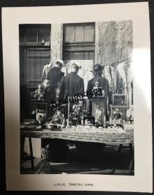 【照片珍藏】民国山东青岛路边古玩摊和集市等周边景象,可见摊上的各式古玩以及挂在墙面的衣物等。老照片影像清晰,内容少见、甚为难得