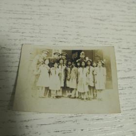 老照片:1958年军人和小学生合影, 如图  军帽。。详情如图  品自定     编号  分1号册