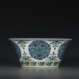大清乾隆年制款 斗彩团花纹马蹄碗。尺寸:高7cm,口径15.5cm,底径9.3cm。