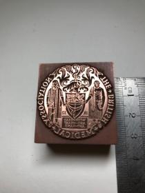 西洋铜印版,英国1835年医学协会徽章的铜印版。The British Medical Association. With head and heart and hand. 铜印模镶嵌在优质木料上。非常精致漂亮的雕刻印板。 尺寸:3.4x3x2cm.