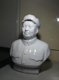 文革时期:毛主席瓷像(河北宣瓷)。