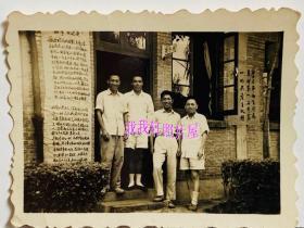 """老照片:上海某单位""""总务处""""门前,标语""""学习平如生同志,革命第一,工作第一的共产主义精神"""",左侧是〈故事感受〉""""通过昨天的电影,引起各班老年工人同志一场辛酸的回忆……""""等等——人物介绍:平如生(1929-1960)江苏太仓人。原上海益丰搪瓷厂喷花工人。1960年支援内地建设,到云南昆明五金搪瓷厂工作。1960年5月6日深夜,为抢救落水妇女而献出了自己的生命。【桐阴委羽系列】"""