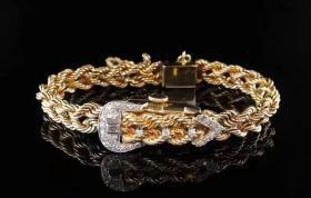 【古董珠宝】一条超美的定制款隐藏式钻表,表链像麻花辫一样编织成型,少女感十足,就当手链也非常亮眼了。表芯是瑞士WAKMANN,14K金和皮带扣的组合让人一时半会儿找不到表在哪里,这兴许就是隐藏式腕表的乐趣所在。镶嵌的钻石约有0.7ct,内周长17cm,宽(含表把)1.4cm,表面0.7cm*1.2cm,重35.9g,手动上弦,正常工作。来领走属于你的少女时代吧!͏喜欢来撩!