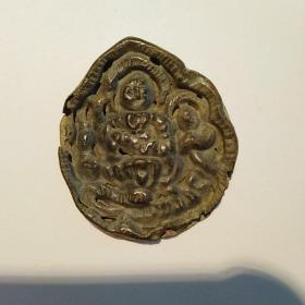小佛一个,年代辽金元或明清,保真包老售出不退。很轻很薄,材质铜或银,铜的可能性大。有小磕小碰,年代久远,在所难免,介意者勿拍。