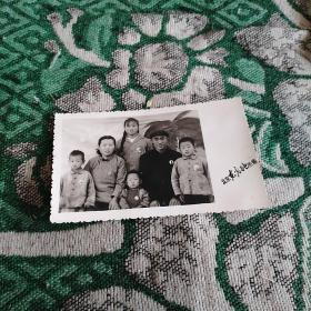 带毛主席像章全家福照片