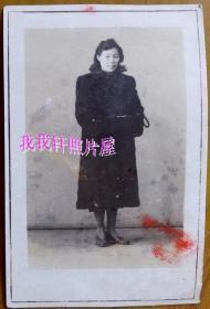 民国老照片:民国气质美女,1947年于湖北宜昌。看背题。【民国上海——民国旗袍美女——学秀家庭系列】