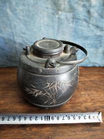 老茶壶刻工精细温酒壶形状独特