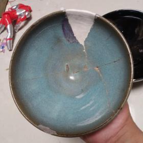宋代钧窑碗,也有部分人认为是元代的,包真包老,是坏的拼起来的,标准老钧窑碗,釉水、胎、底子、沁色都非常典型,非常有研究和收藏价值。残碗但价值不减,有历史、人文及收藏价值,懂得来买,包老保真,售出不退。有条件的朋友买回去金缮一下,价值会翻倍增加,关键是看上去会更加美观和高贵。