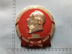 主席国徽形安装工人永远忠于毛主席大像章