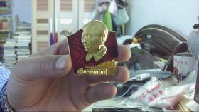 [罕见文革像章] (方形)毛主席头像 红旗 人民大会堂 背面 八届十二中全会1969.10 10-10(5.3CM*5CM)木盒内-放