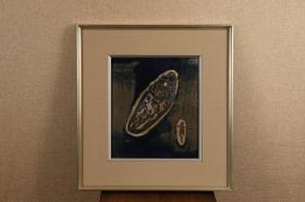 日本回流字画 日本回流书画 近现代日本濑户烧名家 陶艺大师,与河本五郎和加藤舜陶一起被称为濑户三羽鸟 为濑户陶艺发展做出了巨大贡献。 铃木青々(1914-1990)作品 《海螺》瓷板画