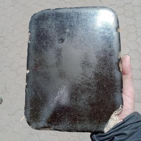 瓷板一个,不知做何用处的,重量挺重,胎质粗糙,年代1949年以前,具体哪个年代需要考证。