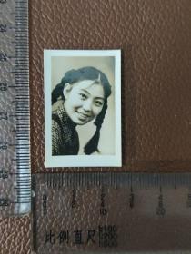 老照片: 1953年9月  漂亮女青年的留影    黑白照片     共1张合售      文件盒九0018