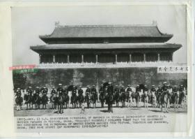 1941年美联社传真照片,驻北京的美国海军陆战队在天安门城楼前骑马合影,29.9X20.6厘米