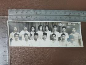 老照片:文革时期   1969年8月    青春无限好  友谊万年专的合影照片     黑白照片      共1张合售      文件盒九0019