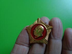 文革纪念章 毛主席像(五角星)(背:做毛主席的好战士.海军东海舰队)【品相很好】【3×3】