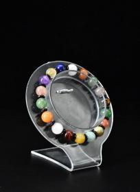 (V5847)《多宝手串》1串 单颗珠直径约为:8.2mm,周长:16cm。重量:15.11克 手串由18颗不同品种的玉石组成 包括:天河石、黄虎目石、草莓晶、南红、绿草莓粉水晶、青金石、金发晶、珊瑚玉、红虎目石、紫水晶、蜜蜡等。涉及中国、阿富汗、巴西等多个国家产地。色彩绚丽。手串有松紧。