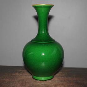 民国时期鱼子绿玉壶春瓶                                                       高24厘米,口直径7厘米,底直径7.2厘米.