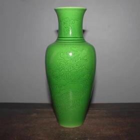 苹果绿刻龙纹赏瓶高23厘米,口直径6.2厘米,底直径5.3厘米.