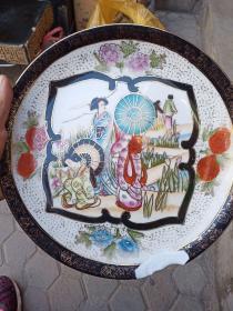 广彩大瓷盘,年代七十到80年代出口创汇时期的,边沿有一处磕,保真,售出不退。国外回流。