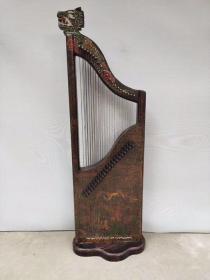 刚到的新货古代乐器描金漆器竖琴,做工精细牛毛纹清晰包浆醇厚高端大气上档次难得一见的好东西,尺寸长45.宽20.高147.