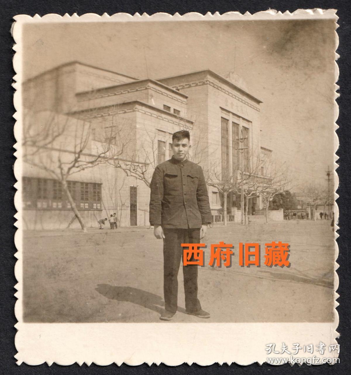 南京人民大会堂留念老照片,当时的招牌字,和现在的书写方向是相反的。