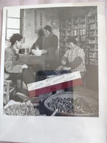 1971年河西走廊北京医疗队自办土药房加工中草药