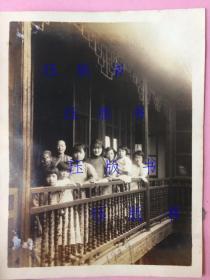照片,民国,合影,美女等,家中楼头一角,角度好,历史感强烈,大户人家,1929年
