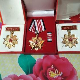 优秀士兵证章两枚,三等功奖章一枚(中国人民解放军)