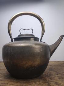 下乡所收精品老铜壶,做工精致考究,器型规整,出水流畅,收藏使用俱佳!