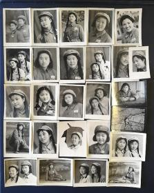 【志愿军女兵荫慈旧藏】五十年代抗美援朝晚期《中国人民解放军女兵配枪、合影》等小照片1组26枚,第二图配枪女兵照片背面空白,其余25枚背面都有签名题赠文字