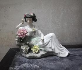 非常漂亮精美的文革仕女瓷塑像