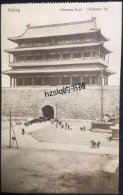 【影像资料】清末民初北京前门(正阳门)照片似明信片,可见门楼前来往穿梭的人群等景象,出版商误标为崇文门(哈大门)